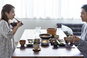 食事をする日本人夫婦の写真素材 [FYI04607316]