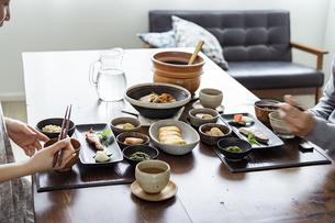 食事をする夫婦の手元の写真素材 [FYI04607318]