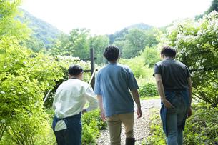 地方移住した男性たちの写真素材 [FYI04607373]