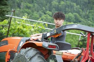 農作業する若い男性の写真素材 [FYI04607387]