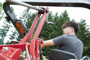 農作業する若い男性の写真素材 [FYI04607388]
