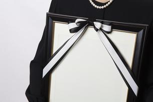 遺影を持つ喪主の女性の写真素材 [FYI04607448]