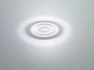 ミルクの中に一滴のミルクの滴の写真素材 [FYI04607465]