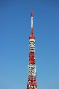 青空にそびえる東京タワーの先端部の写真素材 [FYI04607540]