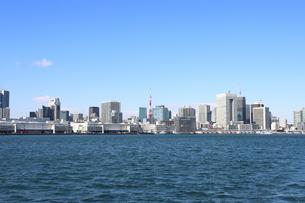 お台場方面の海上から東京タワーを中心とした都心を望むの写真素材 [FYI04607564]