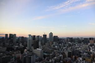 夕暮れ時の港区の高層ビル群の写真素材 [FYI04607570]