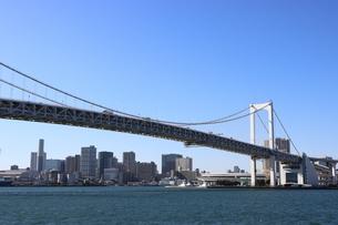 青空に映えるレインボーブリッジと東京都心の街並みの写真素材 [FYI04607574]