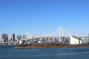 青空に映えるレインボーブリッジと東京都心の街並みの写真素材 [FYI04607603]