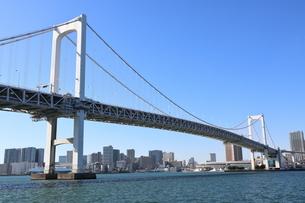 青空に映えるレインボーブリッジと東京都心の街並みの写真素材 [FYI04607604]