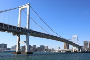 青空に映えるレインボーブリッジと東京都心の街並みの写真素材 [FYI04607614]