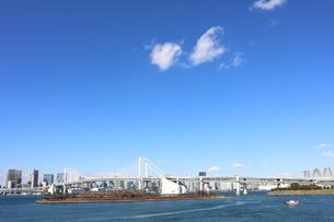 青空に映えるレインボーブリッジと東京の街並みの写真素材 [FYI04607615]