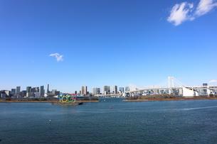 青空に映えるレインボーブリッジと東京都心の街並みの写真素材 [FYI04607617]