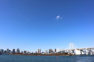 青空に映えるレインボーブリッジと東京都心の街並みの写真素材 [FYI04607627]
