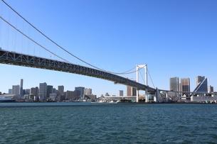 青空に映えるレインボーブリッジと東京都心の街並みの写真素材 [FYI04607629]
