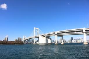青空に映えるレインボーブリッジと東京都心の街並みの写真素材 [FYI04607634]