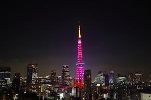 ピンクのダイヤモンドヴェールにライトアップされた東京タワーと港区の夜景の写真素材 [FYI04607643]