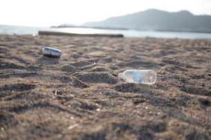海岸に捨てられたペットボトルの写真素材 [FYI04607671]
