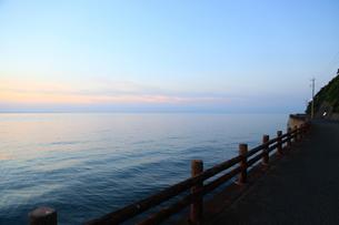 夕暮れの海と海岸道路の写真素材 [FYI04607683]