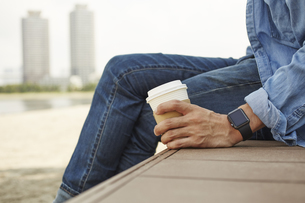 コーヒーを飲むスマートウォッチをした男性の写真素材 [FYI04607718]