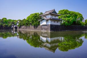皇居の巽櫓(たつみやぐら)が桔梗濠(ききょうほり)に映える景観の写真素材 [FYI04607912]