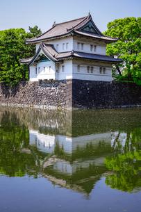 皇居の巽櫓(たつみやぐら)が桔梗濠(ききょうほり)に映える景観の写真素材 [FYI04607921]