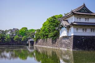 皇居の巽櫓(たつみやぐら)が桔梗濠(ききょうほり)に映える景観の写真素材 [FYI04607930]