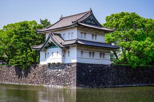 皇居の巽櫓(たつみやぐら)が桔梗濠(ききょうほり)に映える景観の写真素材 [FYI04607931]