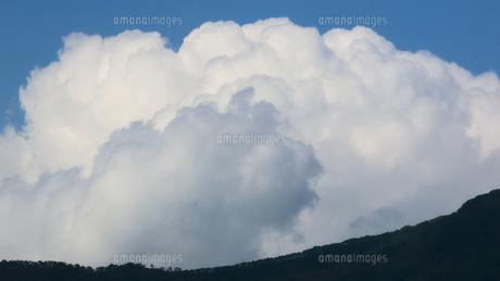 遠い山並みと雲の写真素材 [FYI04607991]