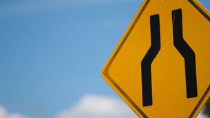 道幅減少道路標識の写真素材 [FYI04607992]