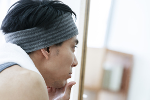 鏡を見る男性の写真素材 [FYI04608015]