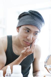 鏡を見る男性の写真素材 [FYI04608018]