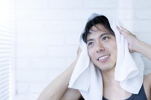タオルで髪を乾かす男性の写真素材 [FYI04608033]
