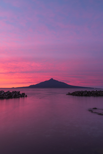 朝焼け空と利尻富士の写真素材 [FYI04608092]