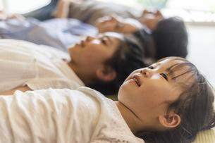 和室に寝転ぶ4人家族の写真素材 [FYI04608102]