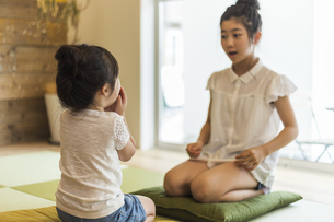 和室で遊ぶ姉妹の写真素材 [FYI04608106]