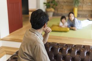 和室の母娘と見守る父親の写真素材 [FYI04608121]