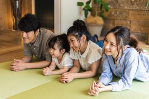 和室に寝転ぶ4人家族の写真素材 [FYI04608129]