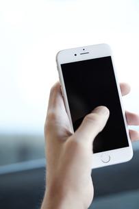 スマートフォンを持つの写真素材 [FYI04608182]