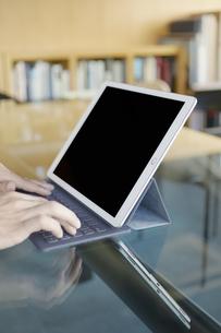 iPadを操作する男性の写真素材 [FYI04608200]