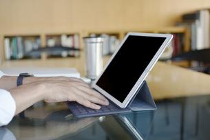 iPadを操作する男性の写真素材 [FYI04608202]
