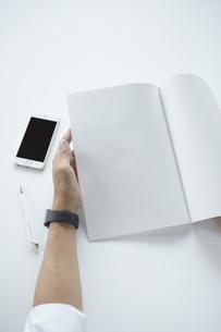 ノートと携帯電話の写真素材 [FYI04608207]