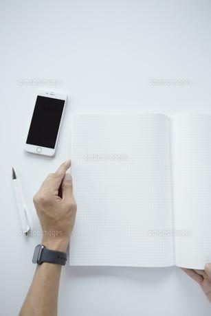 ノートと携帯電話の写真素材 [FYI04608208]