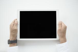 タブレットPCを持つ手元の写真素材 [FYI04608213]