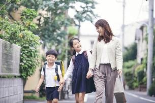 通勤通学する家族の写真素材 [FYI04608232]