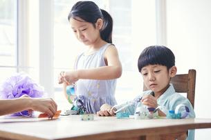 屋内で遊ぶ女の子と男の子の写真素材 [FYI04608233]
