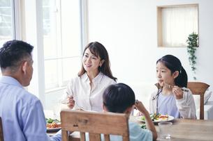 ダイニングで食事をする家族の写真素材 [FYI04608237]