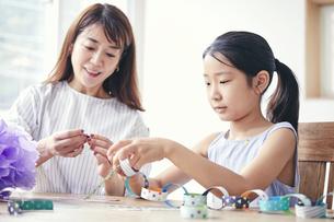 屋内で遊ぶ女の子と母親の写真素材 [FYI04608243]