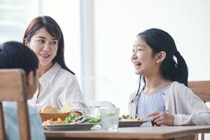 ダイニングで食事をする家族の写真素材 [FYI04608246]