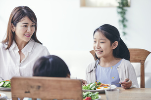 ダイニングで食事をする家族の写真素材 [FYI04608266]