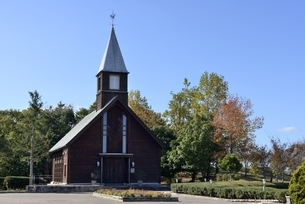 青空の神戸フルーツフラワーパークの教会の写真素材 [FYI04608295]